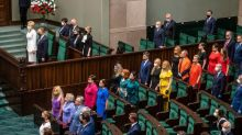 En Pologne, des députés aux couleurs du drapeau arc-en-ciel pour protester contre le président