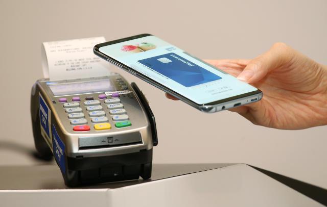 Samsung will introduce an 'innovative' debit card this summer