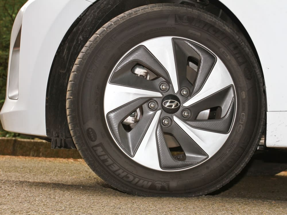 15吋渦扇式鋁圈採用類碳纖維塗裝,傳達動感意象。