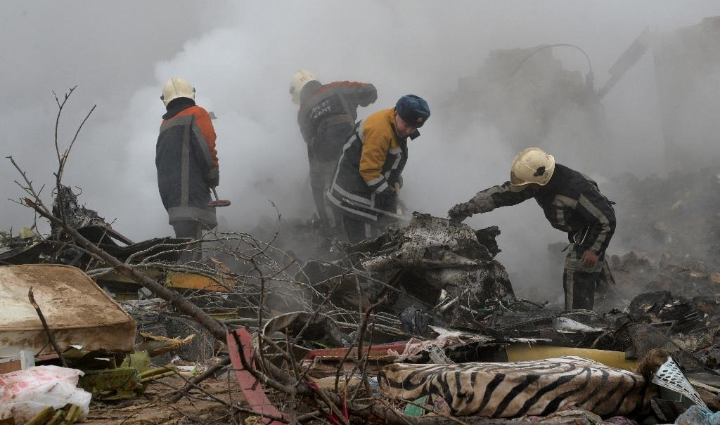 Rescue personnel work at the crash site of a Turkish cargo plane in the village of Dacha-Suu outside Bishkek, on January 16, 2017 (AFP Photo/Vyacheslav OSELEDKO)