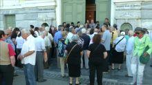 Geld für eine Woche: Griechenlands Rentner drängen zu den Banken