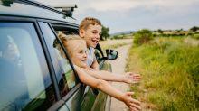 Mit dem Auto in den Urlaub: So pimpst du dein Fahrzeug zum Entertainment-Place für Kids!