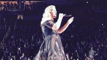 Kelly Clarkson Announces She's Pregnant Again During Concert, Breaks Down Crying