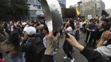 Ellos se benefician económicamente y por sorpresa de las protestas de un país