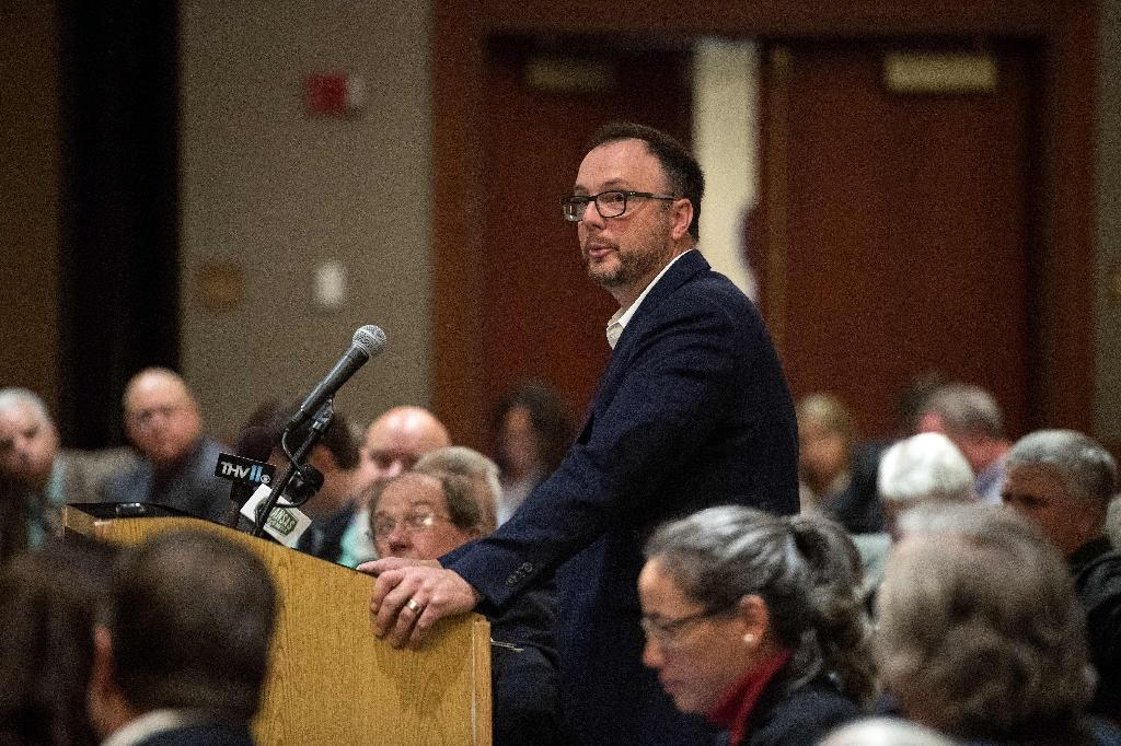 Beekeeper Richard Coy speaks at a public hearing of the Arkansas Plant Board in 2017