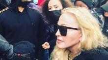"""Madonna vai a protesto contra racismo e abraça manifestante: """"Tenho anticorpos"""""""