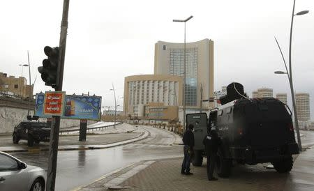 Security forces surround Corinthia hotel after a car bomb in Tripoli January 27, 2015. REUTERS/Ismail Zitouny
