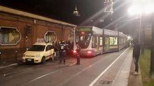 Torino, tram della linea 4 deraglia e travolge auto