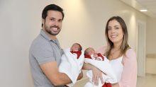 Fabiana Justus é criticada na internet por deixar filhas de menos de um mês com a babá