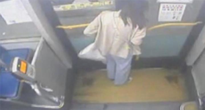 女大生被門夾頸 公車竟開動乘客驚慌