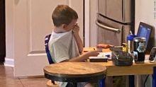 Mamma fotografa il figlio di 5 anni che piange di frustrazione durante una lezione online