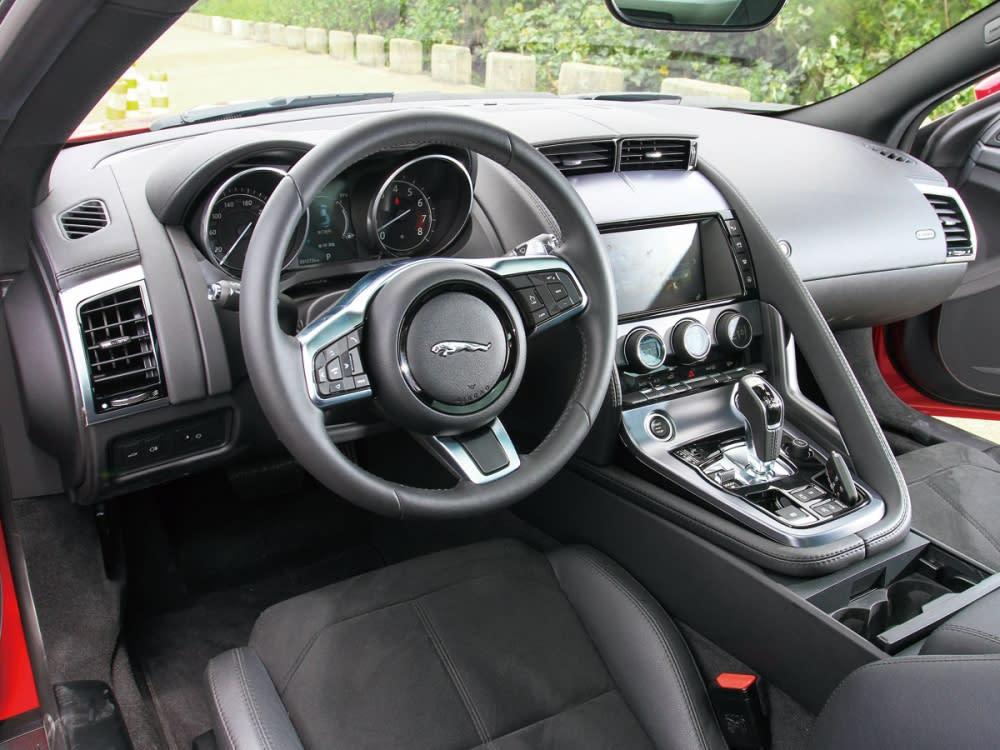 車室整體以深色為基底,並交互運用上軟質塑料、皮革、金屬飾板鋪陳,洋溢低調奢華氣息。