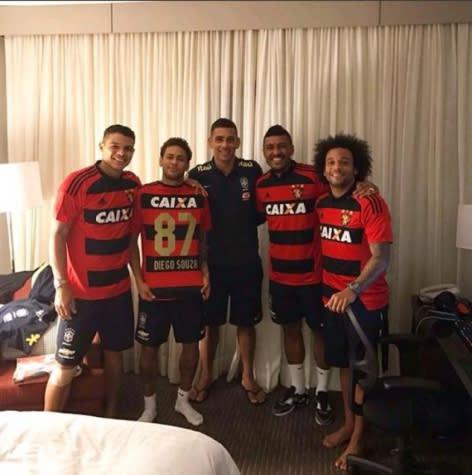 Diego Souza presenteia jogadores da Seleção com camisa do Leão