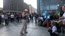 Tag der Demokratie : Teilnehmer ziehen singend vors Brandenburger Tor