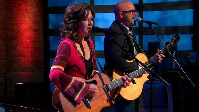 Second Cup Cafe: Amy Grant sings