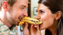 A lo que te arriesgas si comes lo mismo que tu pareja