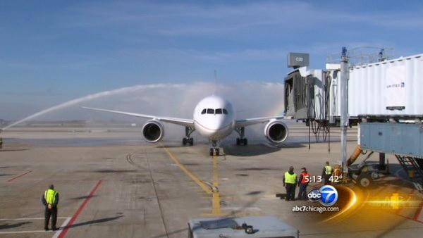 Boeing 787 Dreamliner flight carries passengers to Chicago on United Airlines