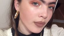 Scarlett Costello : le mannequin au mono-sourcil en 15 photos