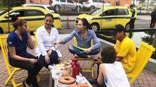 Atrizes de 'Segundo Sol' conversam com eleitores indecisos nas ruas do Rio de Janeiro