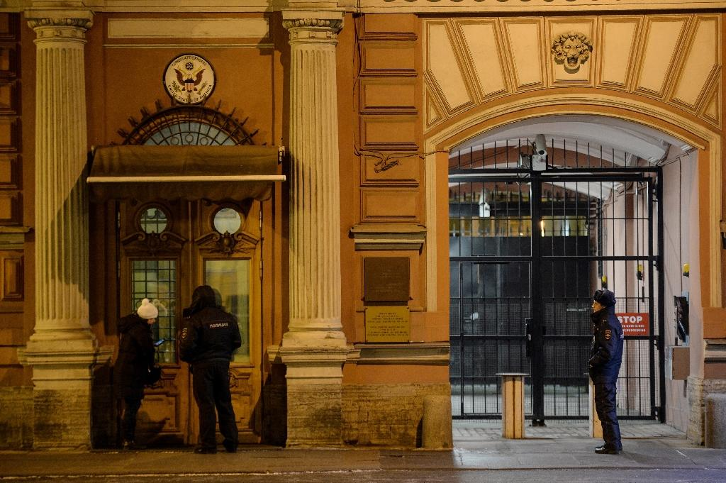 Police stand guard in front of the US Consulate building in St.Petersburg on March 29, 2018 (AFP Photo/OLGA MALTSEVA)