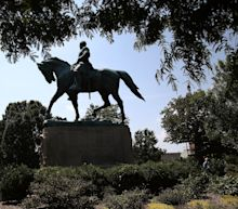 Workers Shroud Charlottesville Robert E. Lee Statue in Black as City Mourns