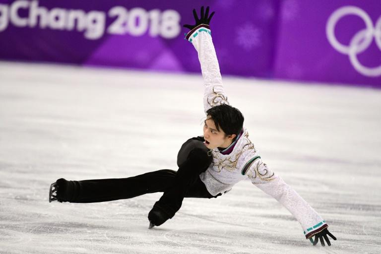 Ice Prince' Hanyu defies injury to retain skate crown