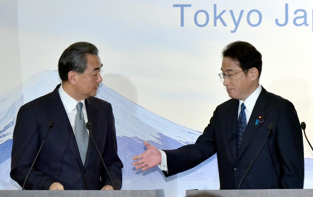 Japanese Foreign Minister Fumio Kishida (R) prepares to shake hands with Chinese Foreign Minister Wang Yi after a press conference in Tokyo on August 24, 2016 (AFP Photo/Katsumi Kashara)