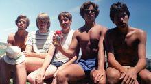 Grupo de 5 amigos recria a mesma foto por mais de 30 anos e fazem sucesso na internet