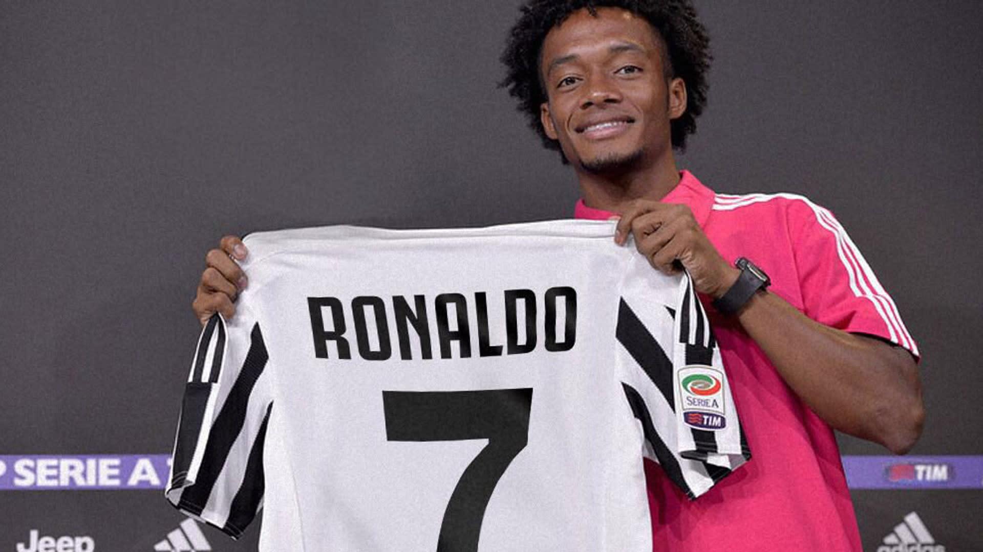 Đồng đội mới trao áo số 7 cho Ronaldo và chúc thành công