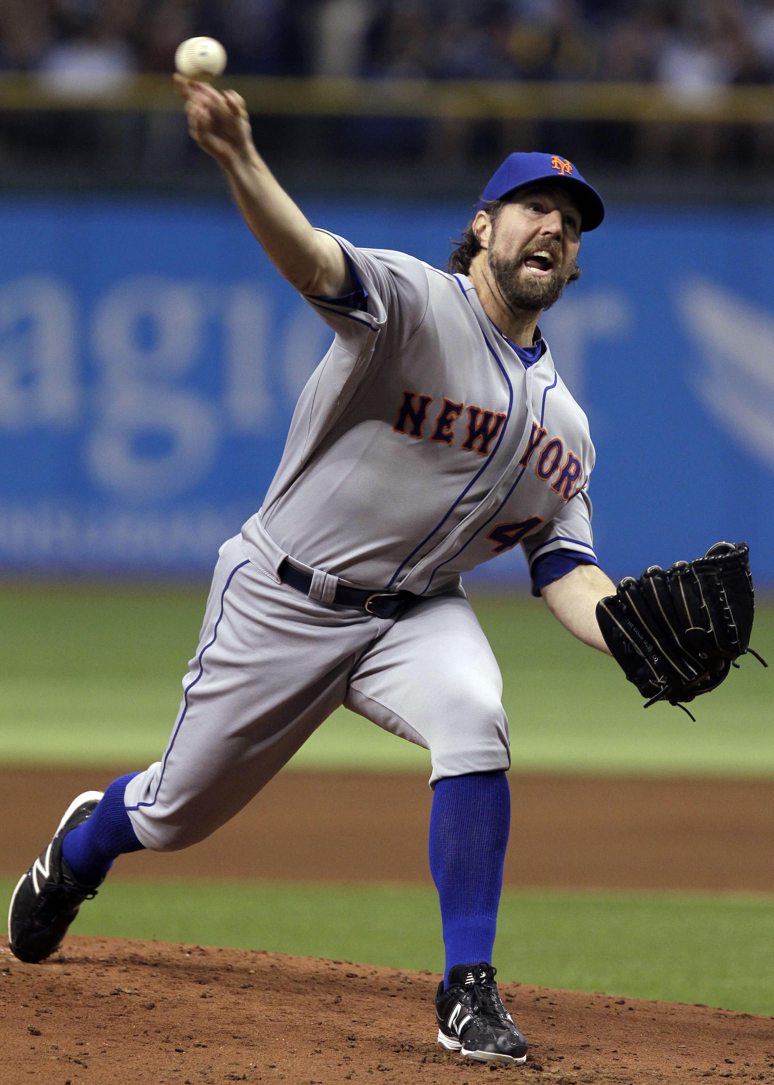 R.A. Dickey de los Mets de Nueva York lanza contra los Rays de Tampa Bay el miércoles 13 de junio de 2012. (AP Foto/Chris O'Meara)
