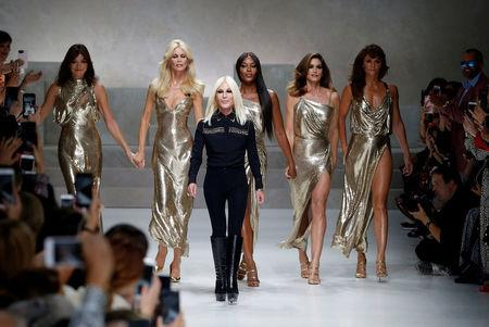 ce60d7921ce FILE PHOTO: Italian designer Donatella Versace acknowledges the applause  with former top models Carla Bruni