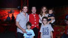 Sophie Charlotte vai ao circo com Daniel de Oliveira, filho e enteados