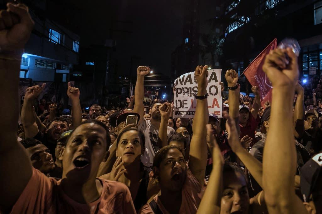Lula supporters rally outside the Metallurgical Union in Sao Bernardo do Campo (AFP Photo/MARCELO CHELLO)