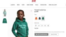 """Loja causa polêmica ao colocar blusa com a frase """"macaco mais legal da selva"""" em criança negra"""