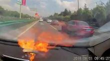 Este vídeo capta el instante en el que un iPhone explota dentro de un coche