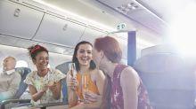 Der wahre Grund, warum Getränke im Flugzeug anders schmecken