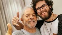 Neto de Lula festeja liberdade do ex-presidente e vira o crush da internet