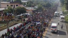 Miles de migrantes en México reanudan su marcha hacia EEUU