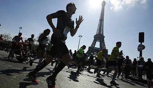 Leichtathletik: Kenianisches Ehepaar triumphiert beim Paris-Marathon