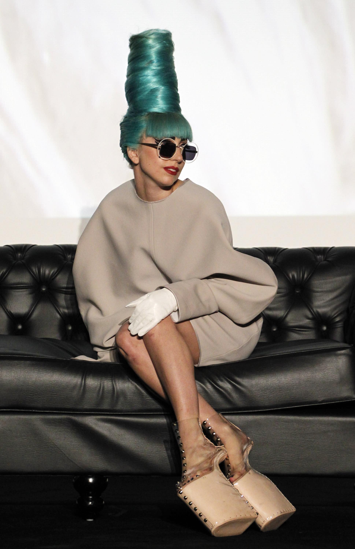 59da4b345f Lady Gaga durante una conferencia de prensa antes de su concierto usando  unos zapatos del diseñador