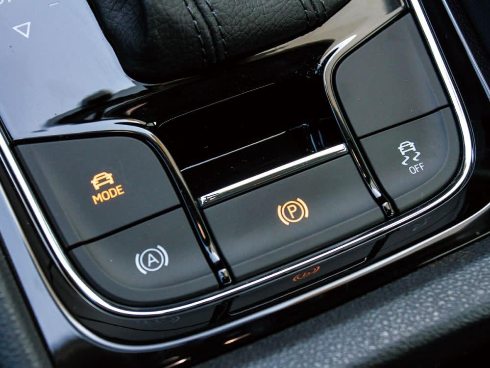 電子手煞車、駐車輔助和模式切換鈕結合於排檔座後方。
