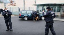 Un coche choca contra la puerta de la oficina de Angela Merkel en Berlín
