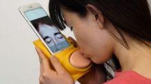 Dispositivo para celular garante beijo na boca à distância