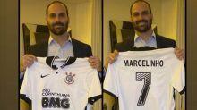 Filho de Bolsonaro posta foto com camisa do Corinthians e Marcelinho Carioca agradece