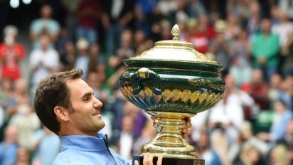 Roger Federer lays down Wimbledon marker with record Halle Open title