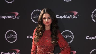 SELENA GOMEZ TALKS ABOUT BIEBER AND TAYLOR SWIFT
