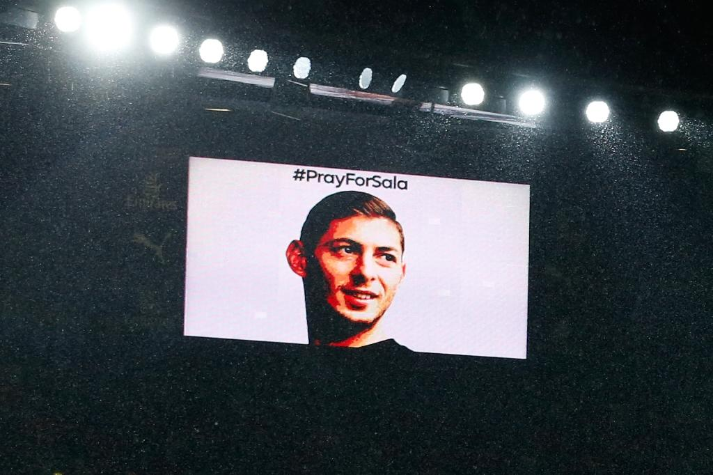 Players and supporters of Arsenal and Cardiff paid tribute to Emiliano Sala during Tuesday's Premier League match at the Emirates