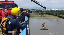 快新聞/男子釣魚不慎摔落橋墩沙洲 警消緊急出動吊掛救援
