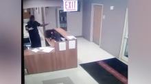 Guardia de seguridad entra en pánico con experiencia paranormal en una escuela
