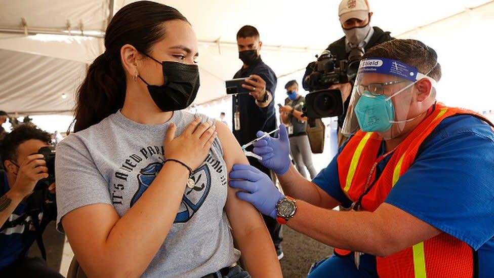 Mulher recebe vacina contra coronavírus em Los Angeles